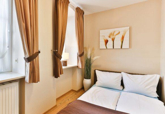 kleines Schlafzimmer mit Rattanbett (140 cm)